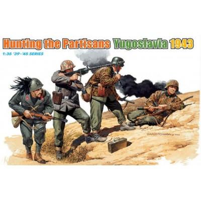 CAZANDO PARTISANOS (YUGOSLAVIA 1.943)